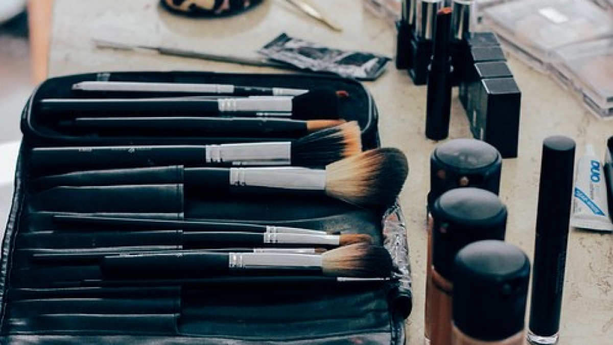 brushes for applying makeup in a kit